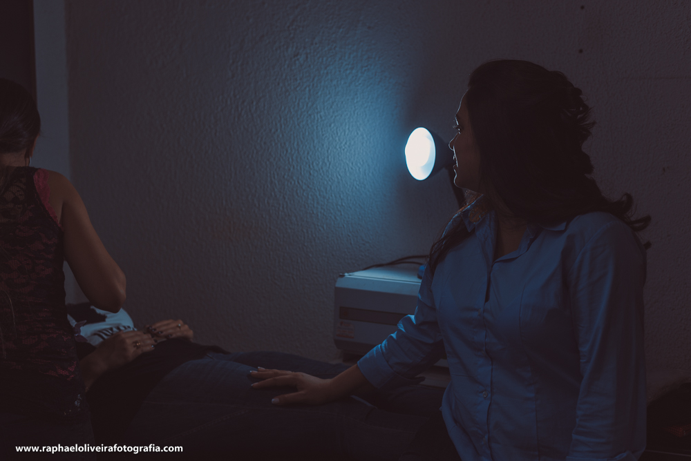 noiva, amiga e luz azul