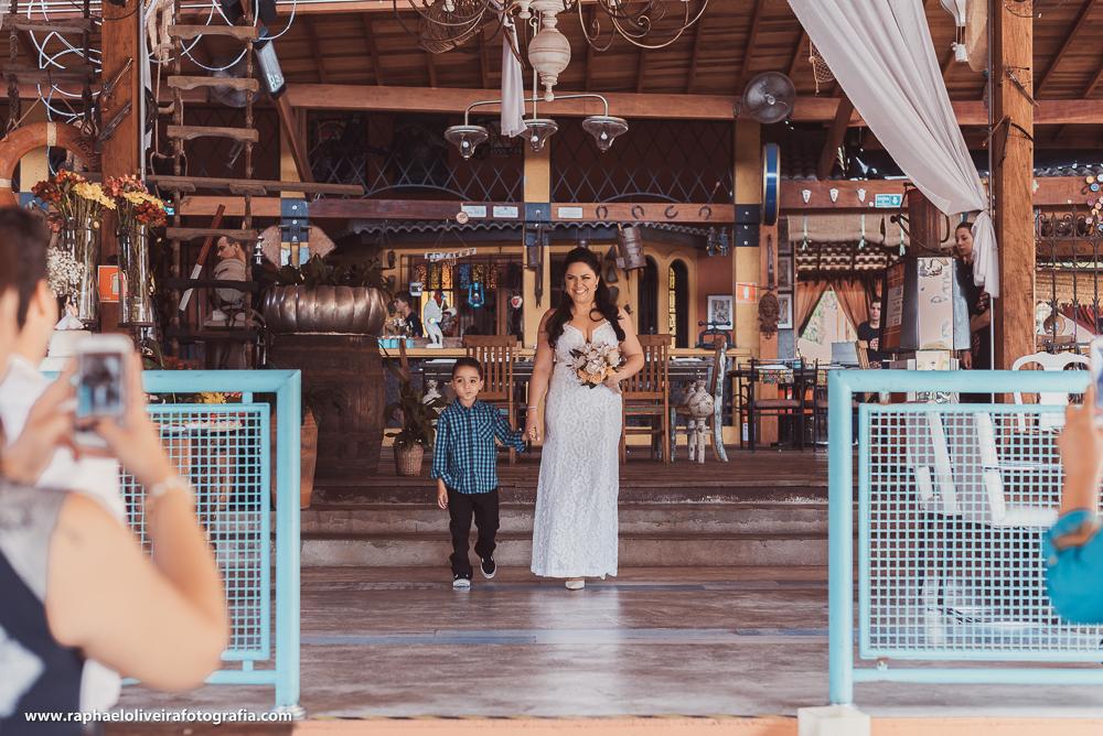 Noiva entrando com seu filho