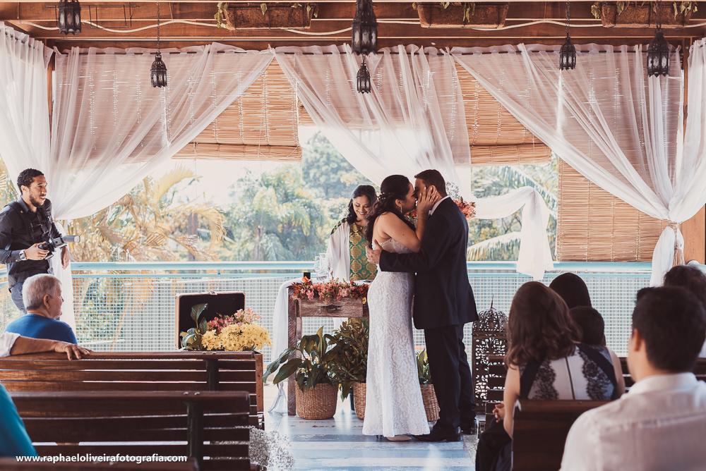Hora do beijo entre noivo e noiva