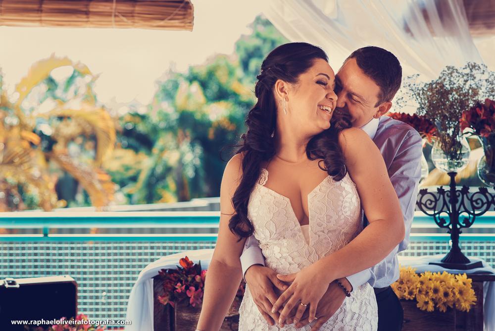 noivo abraçando a noiva por trás