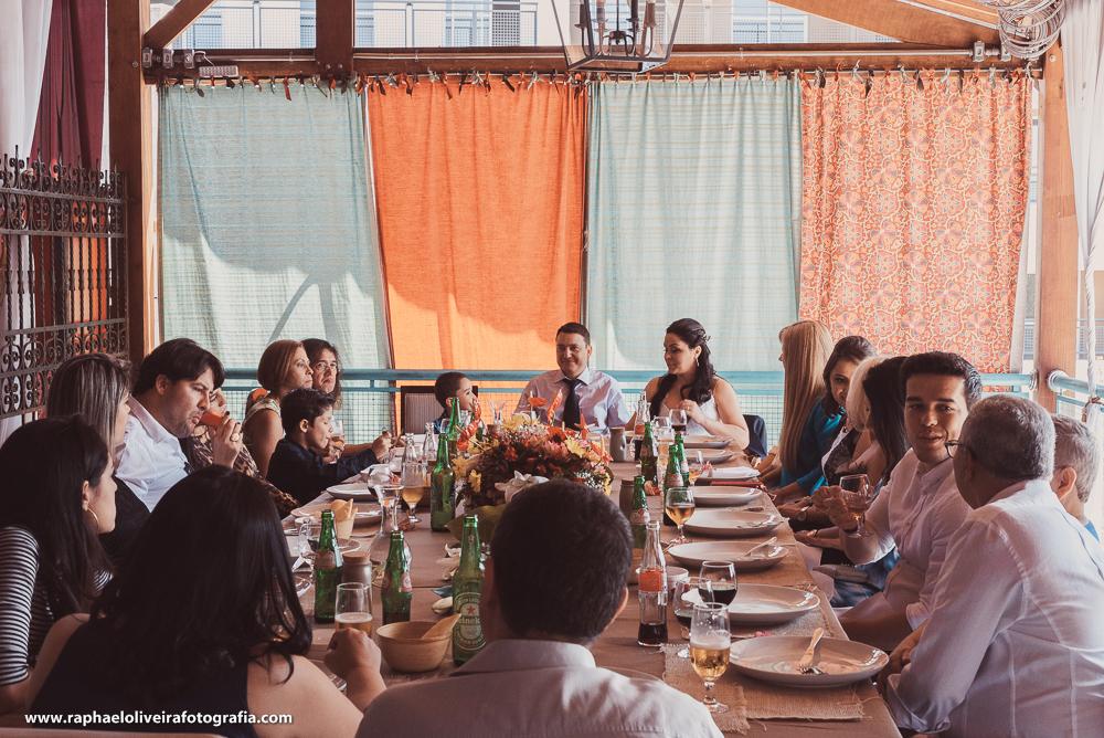 noivos e convidados na mesa