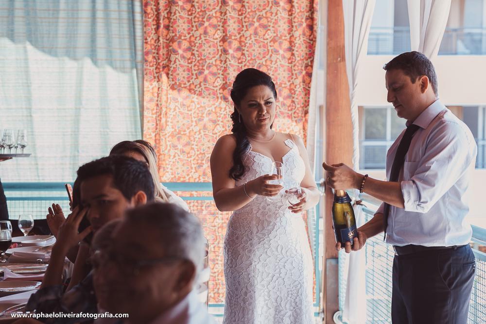 Noivo abrindo Champagne para o brinde