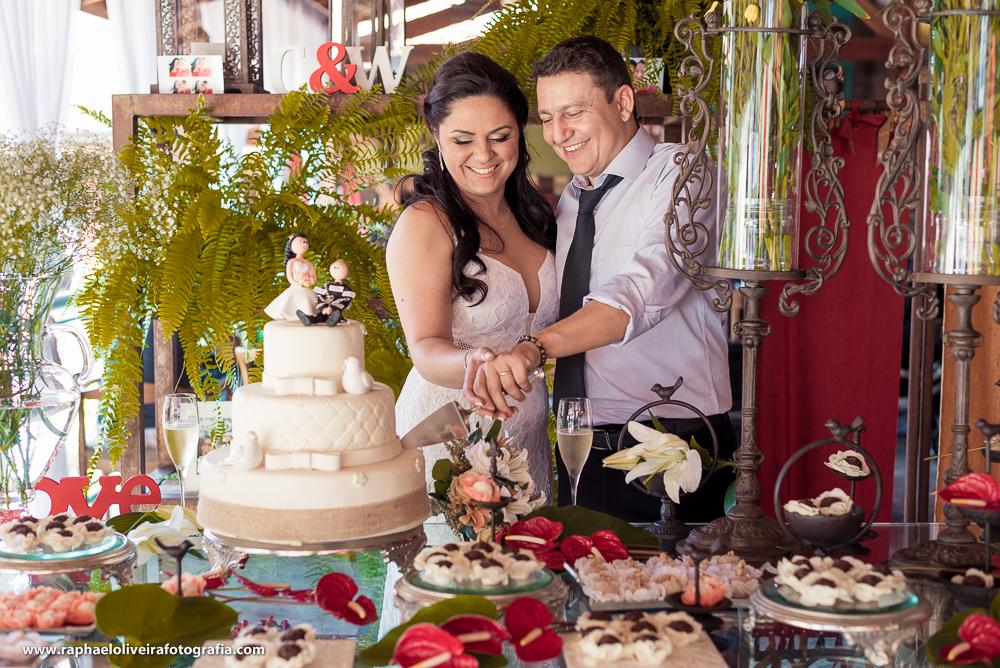 Noivos contando o bolo