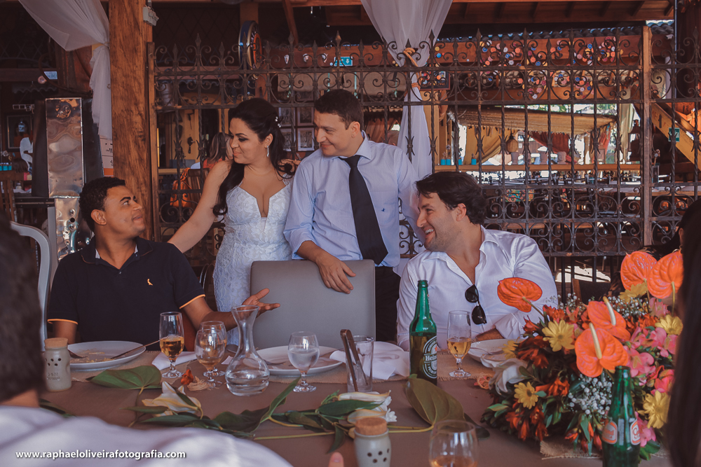 Noivos interagindo