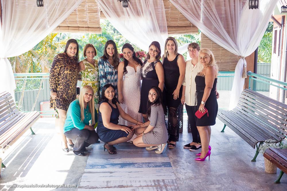 Noiva com as convidadas e madrinhas