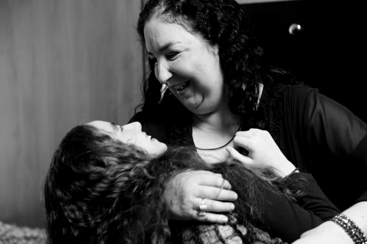 Fotos de família, fotos, fotografia, ivna sá produção fotográfica, inclusão, superação, mãe, filha, vida, ivna sá, ivna sá para mulheres, ivna sá, casa, luz, café,