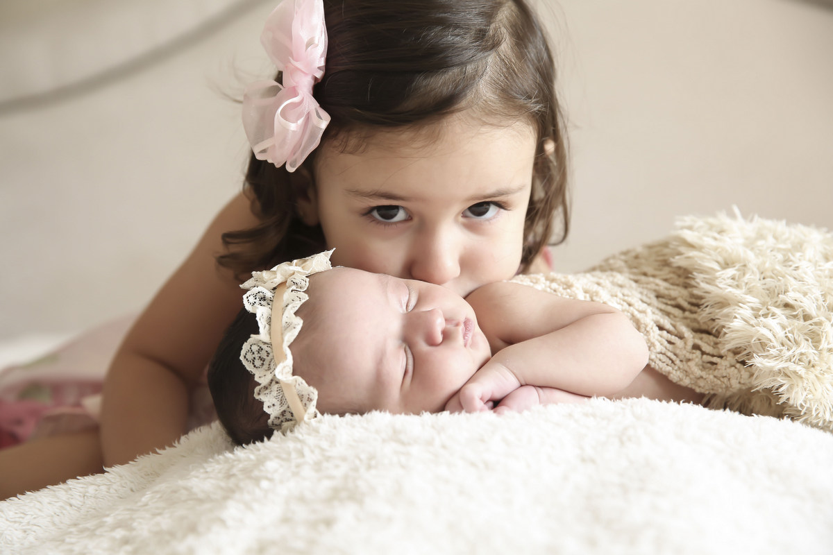 Ensaio recém-nascido em bh, estúdio ivna sá, ivna sá produção fotográfica, ivna sá fotografia, book newborn, fotos feitas em casa, book com os pais, book com irmã, recém-nascido em belo