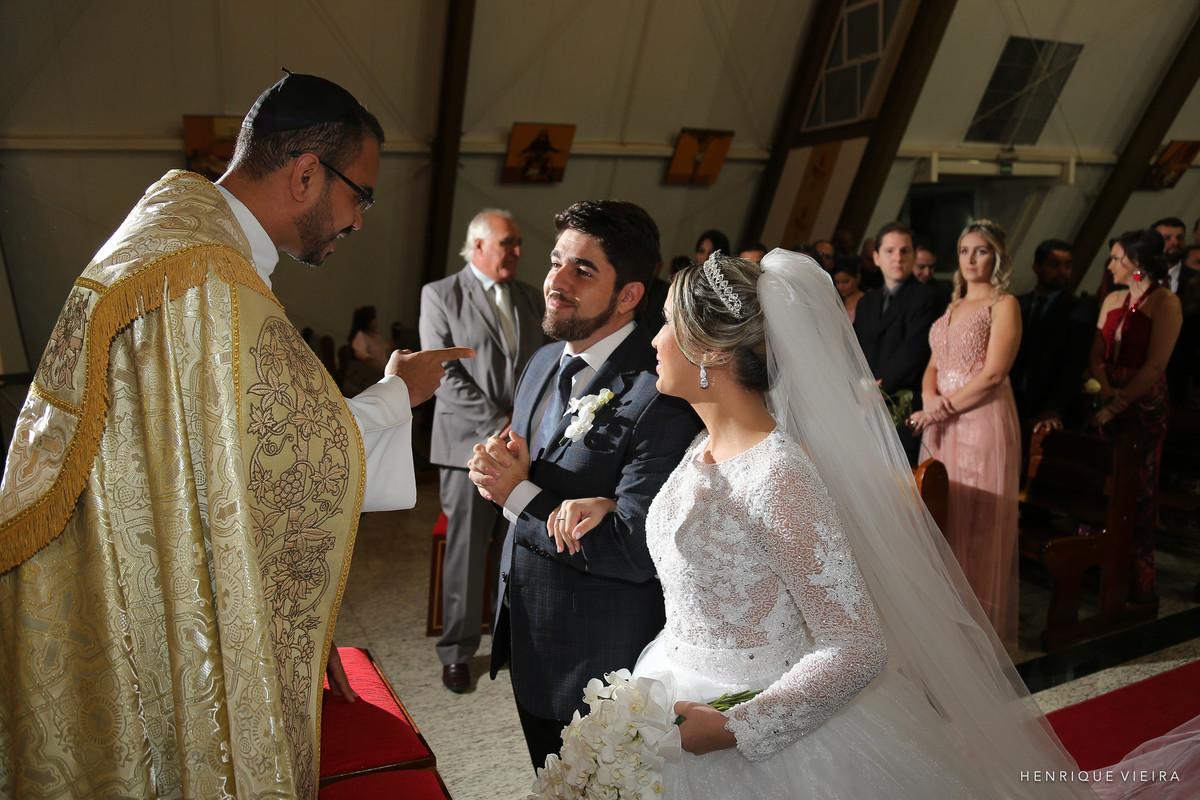 olha o padre chamando atenção do noivo