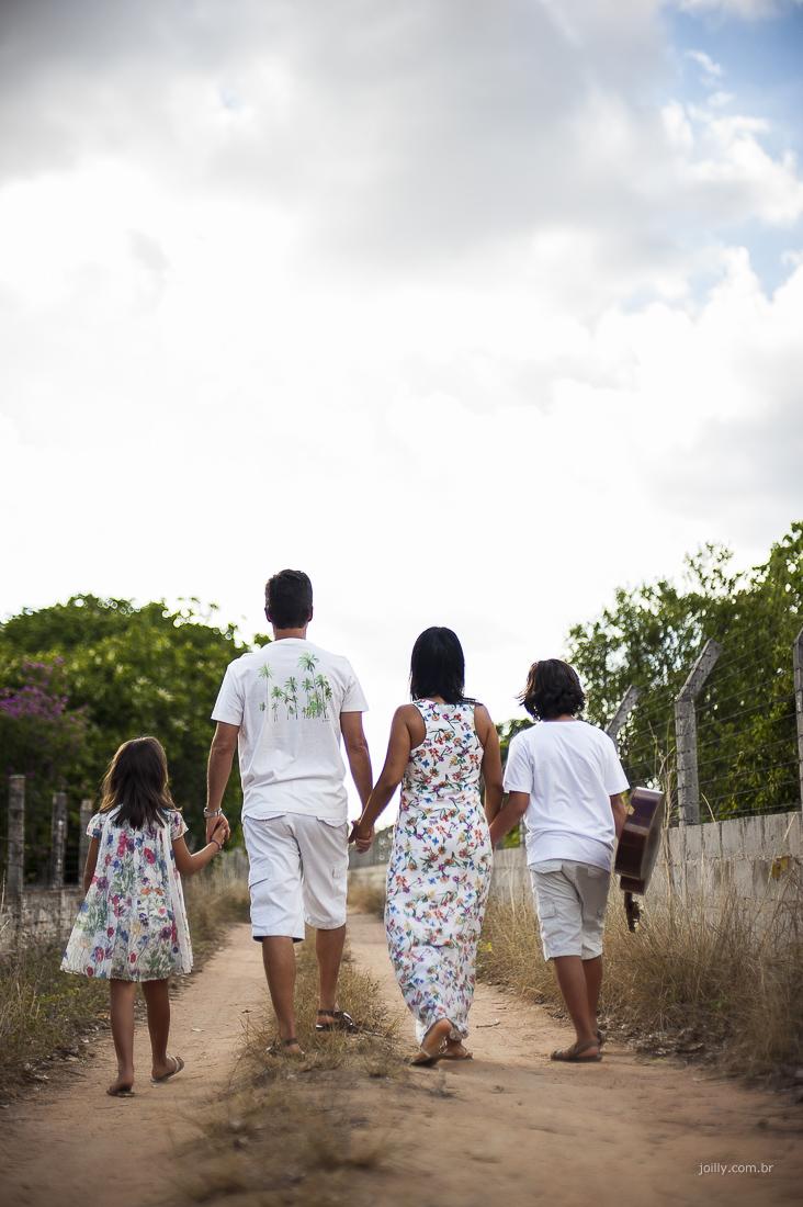 familia de maos dadas pelo caminho foto de rick joilly