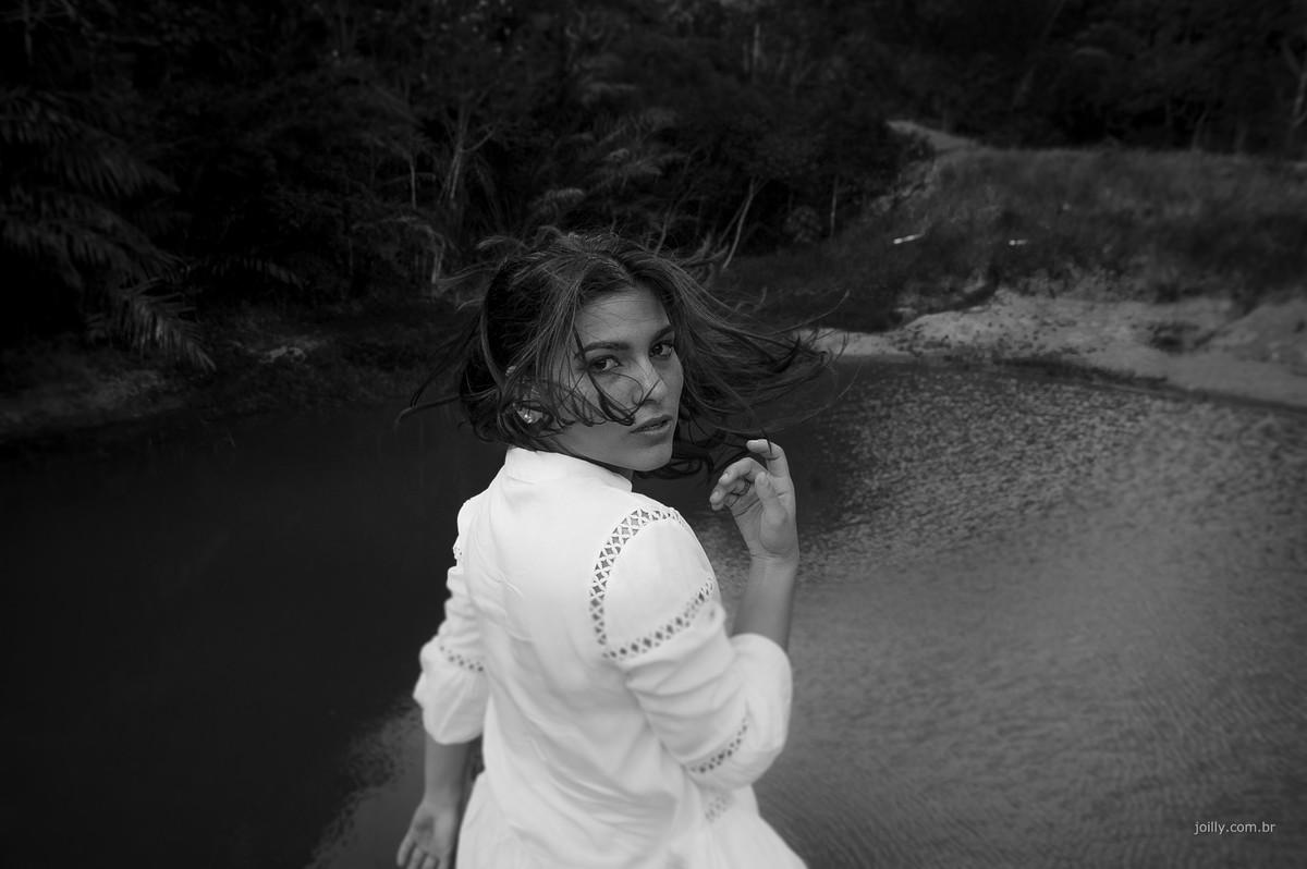 linda modelo posa frente ao lago edicao preto e branco joilly