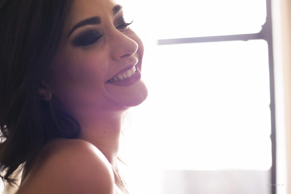 sorriso lindo iluminado por uma fantastica luz natural