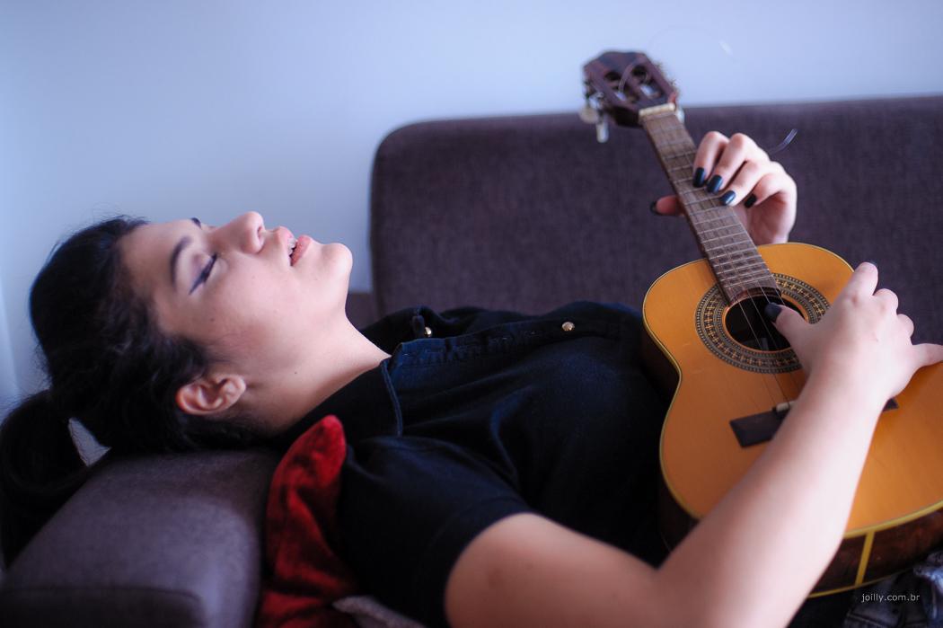 joilly clica modelo deitada no sofa relaxando