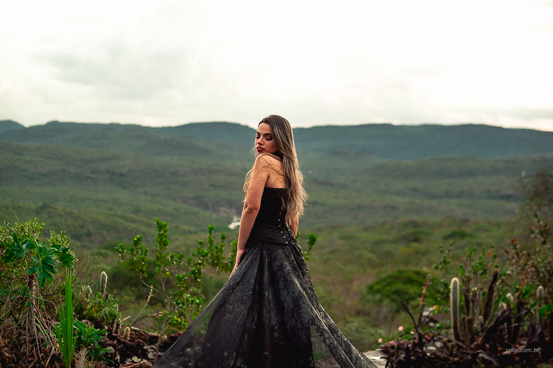 mulher com vestido preto na montanha bahia brasil joilly