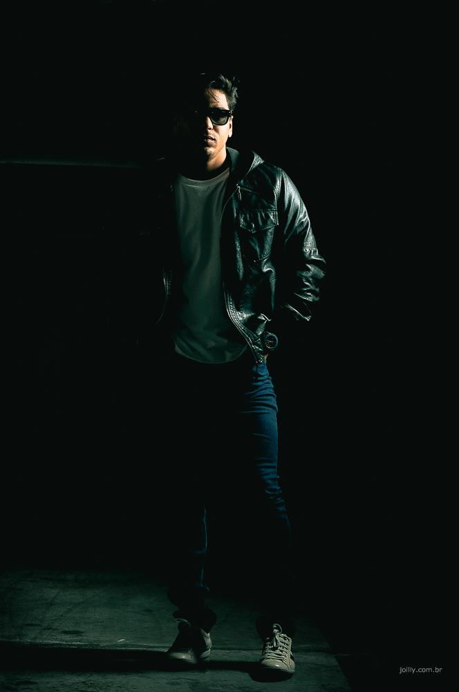 strobist no estilo casual com jeans e jaqueta preta de couro