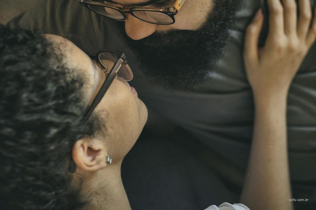 casal apaixonado se olha diante das lentes de rick joilly