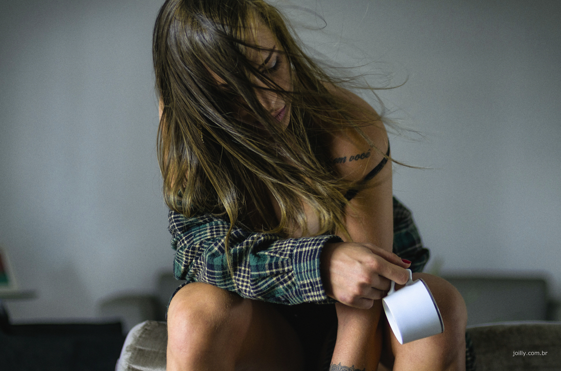mulher segurando xicara ensaio feminino