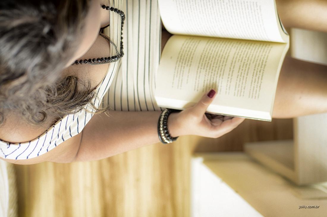 malu posa com livro durante seu ensaio fotografico