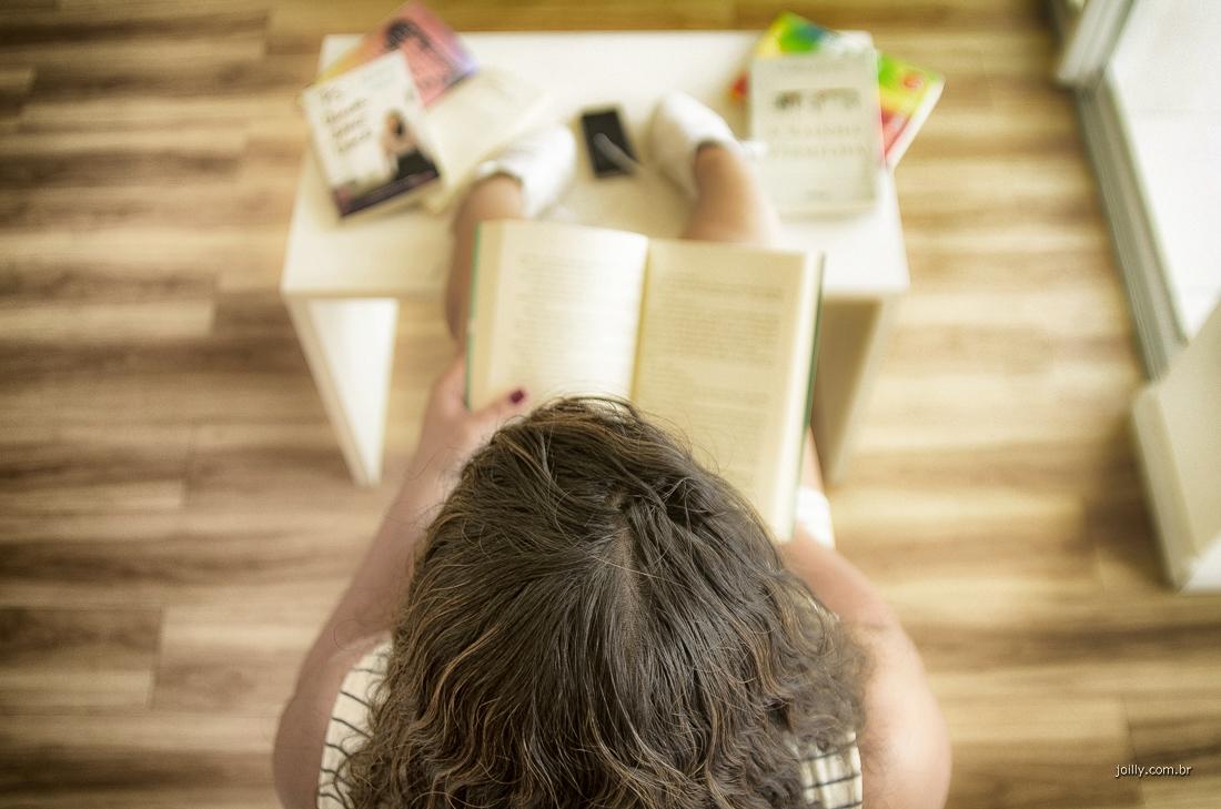 malu faz leitura de romance durante sua sessao fotografica