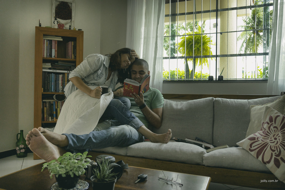 casal posa no sofá da sala parao fotografo rick joilly