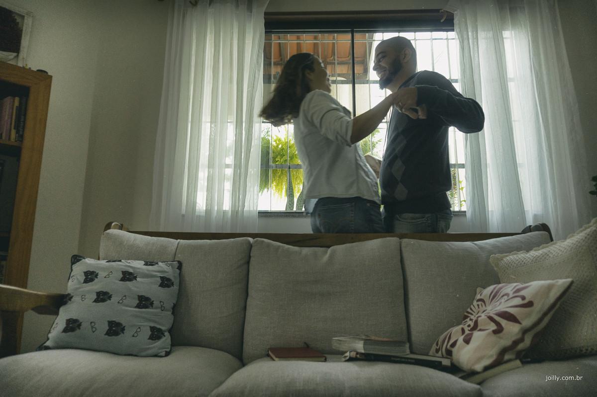 joilly registra o bom humor do casal em ensaio no lar