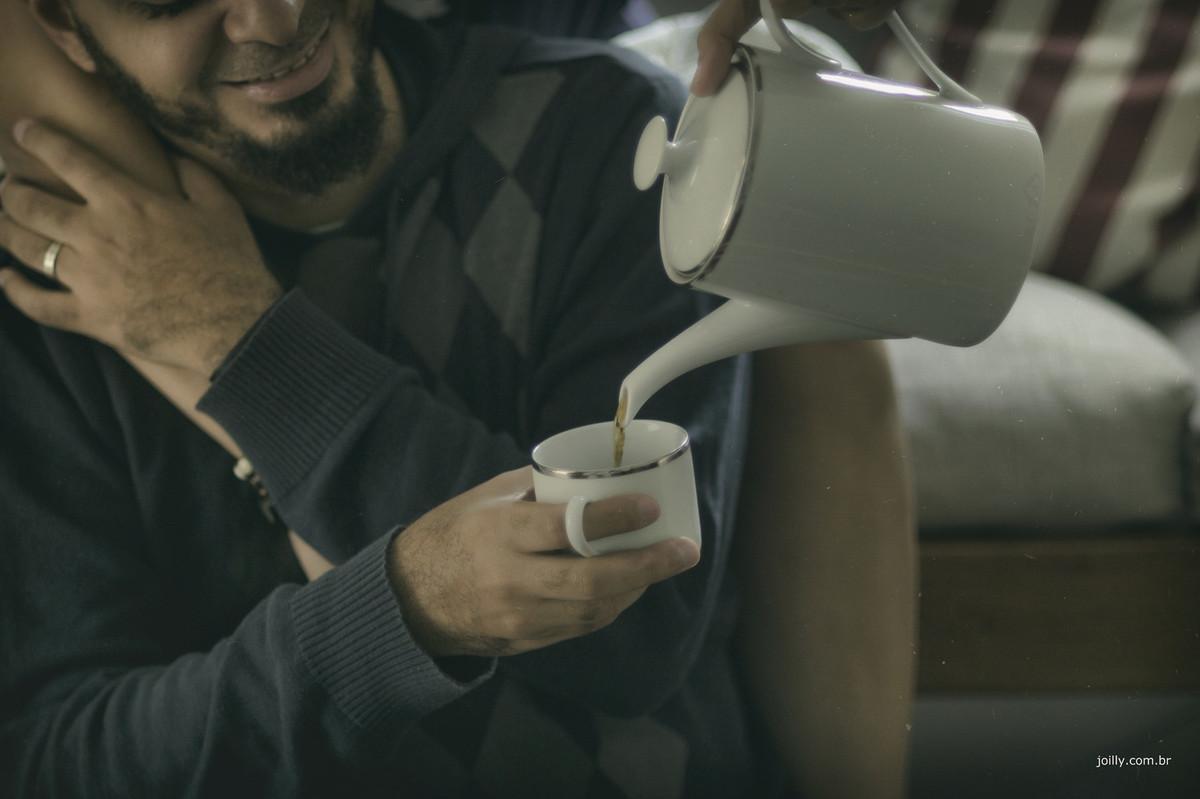 stela serve café para caio