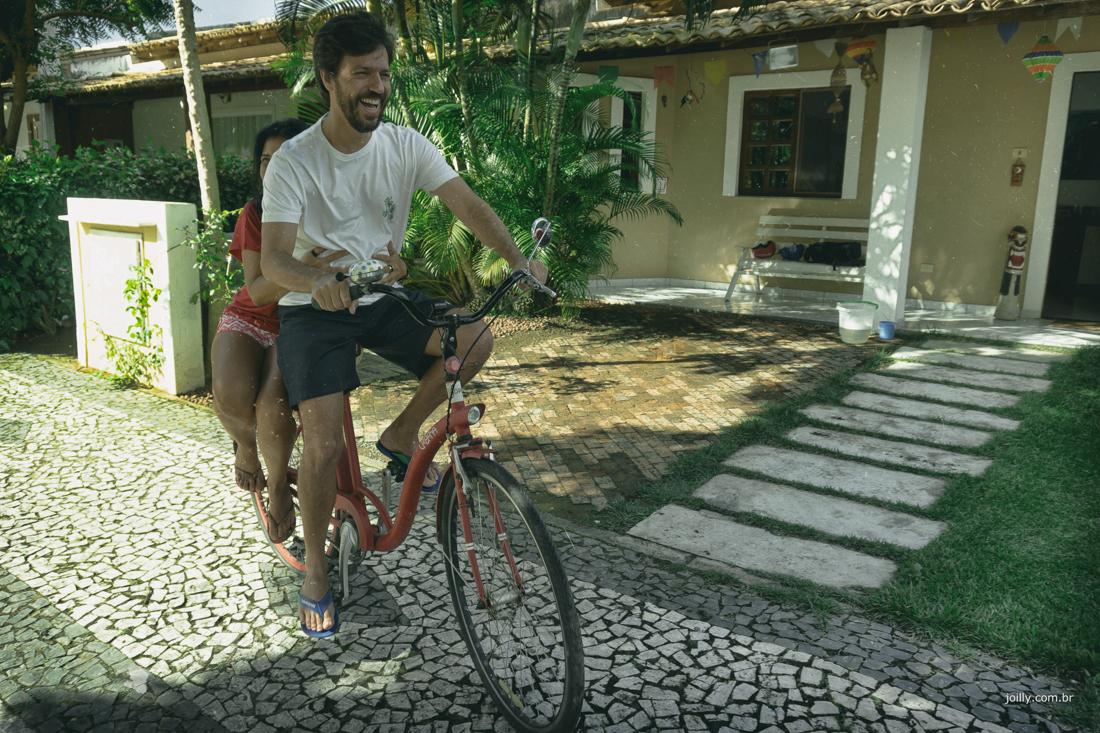 marta e paulo passeio de bike durante ensaio de casal
