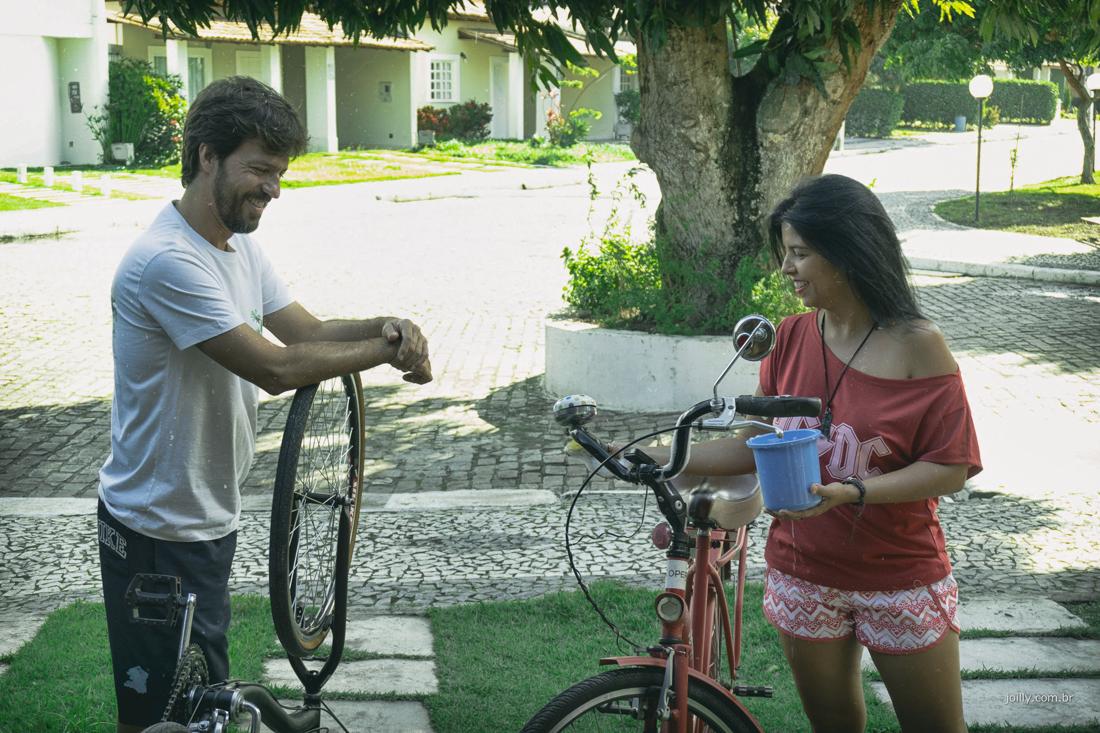 casal lavam as bikes durante tarde de sol