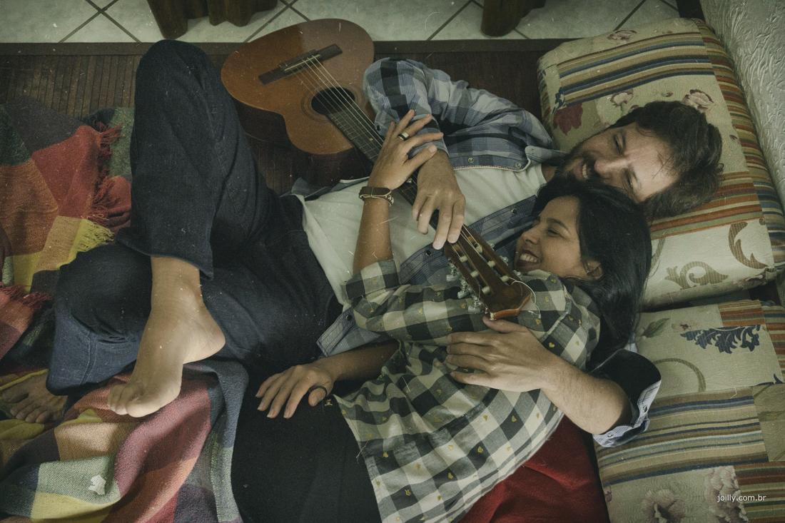 no tapete da sala violao frio e amor lindo ensaio de casal