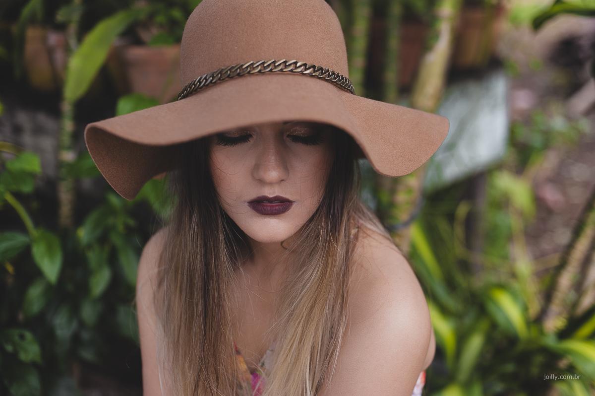 book de 15 anos de luiza em feira de santana, linda com chapeu e rodeada pelo verde do jardim