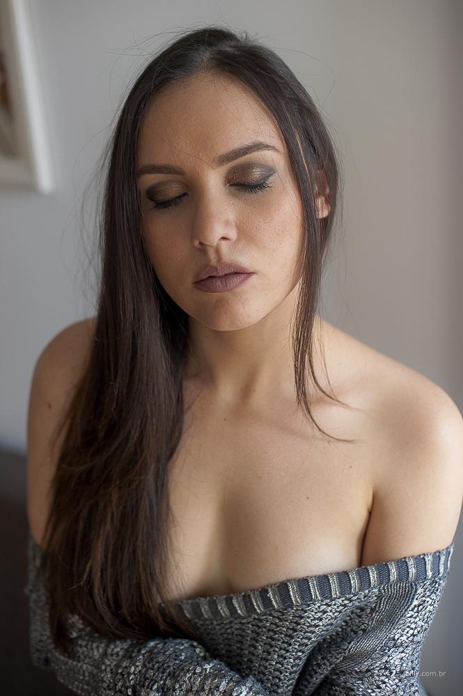 modelo olhos fechados ombros nus joilly fotografo