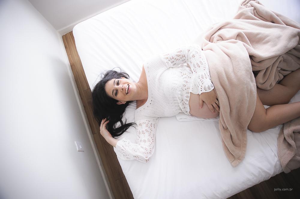 cama lencol branco e muita luz ensaio lindo