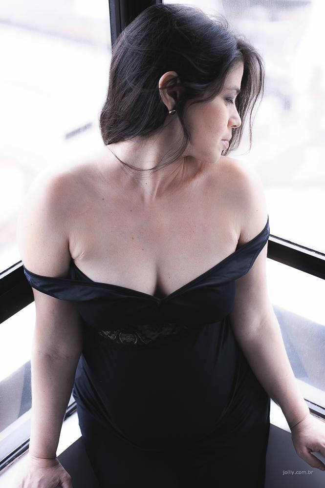 gravida linda de vestido preto