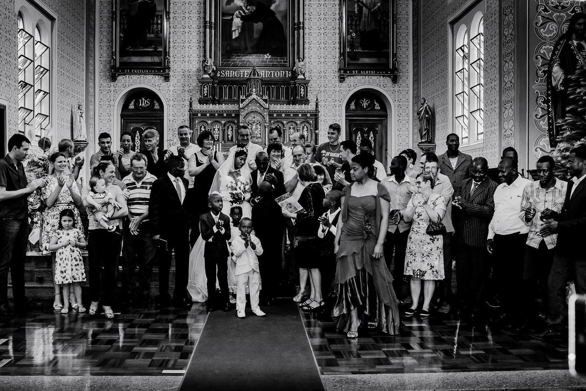 Terminada a cerimônia estão agora reunidos na frente do altar toda a comunidade haitiana e alemã que participou do casamento do Jack e da Denise na igreja matriz de Estrela RS