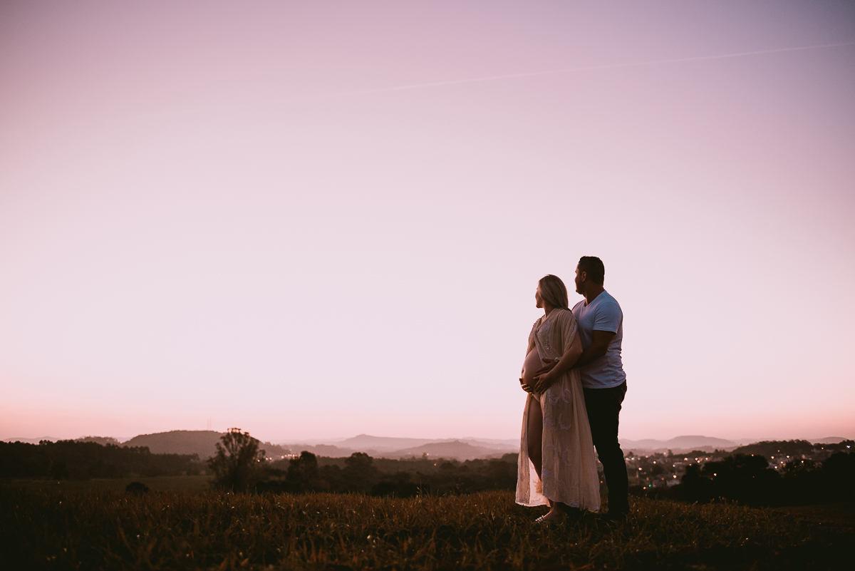 ensaio de casal iluminado no por do sol em cima da montanha no vale do Taquari