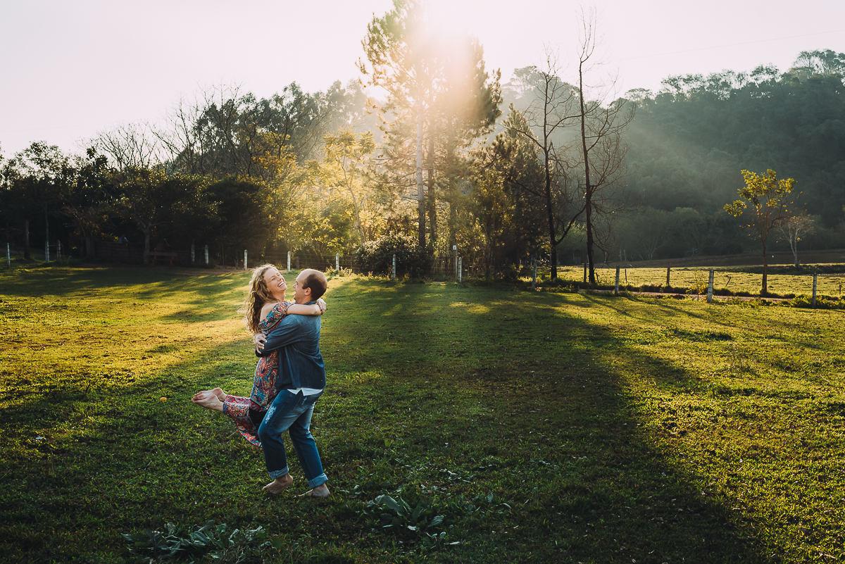 ensaio de casal descontraído e divertido durante tarde ensolarada no Vale do Taquari