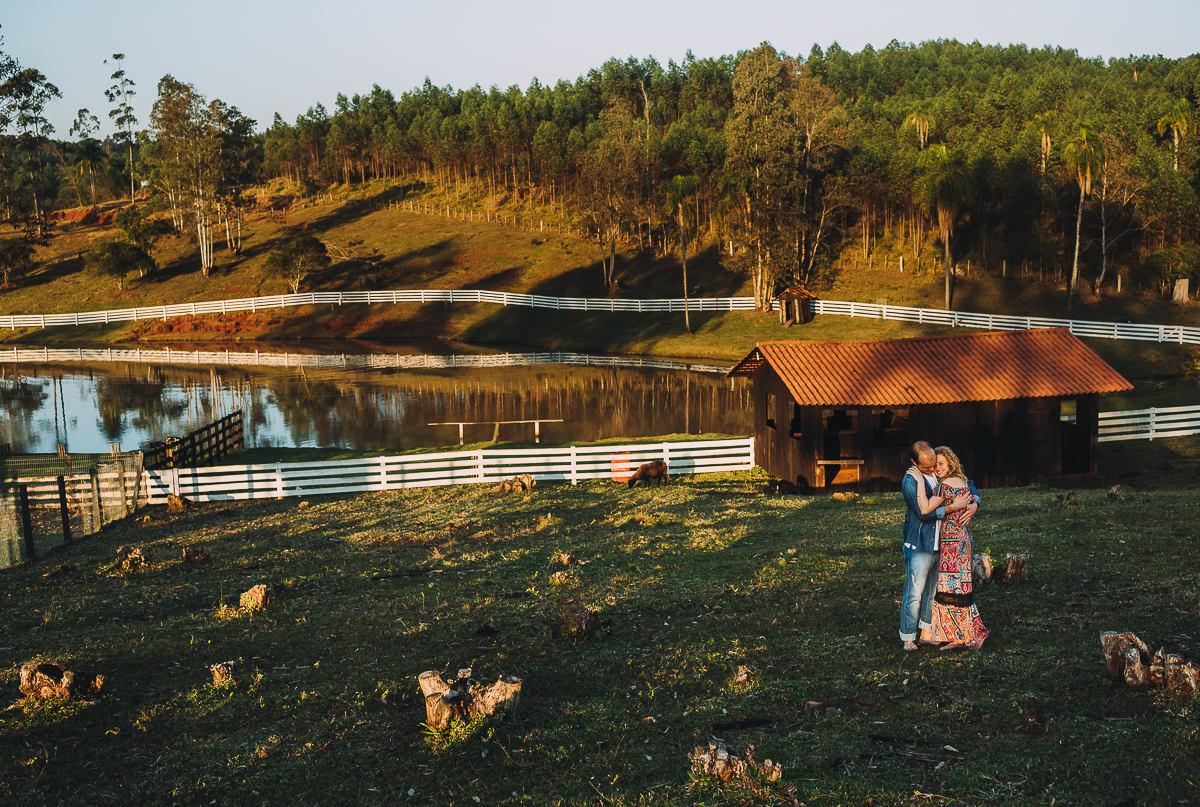 Ensaio de casal fotografado em paisagem bucólica e interiorana do RS