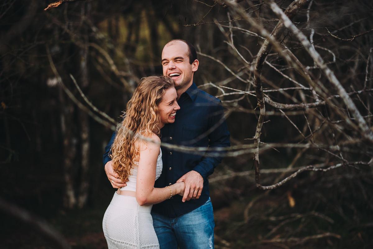 Casal esbanja felicidade ao ser fotografado no meio da natureza