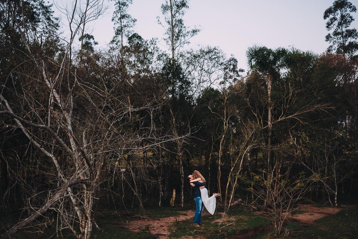 árvores secas compõem cenário para ensaio de casal ao ar livre
