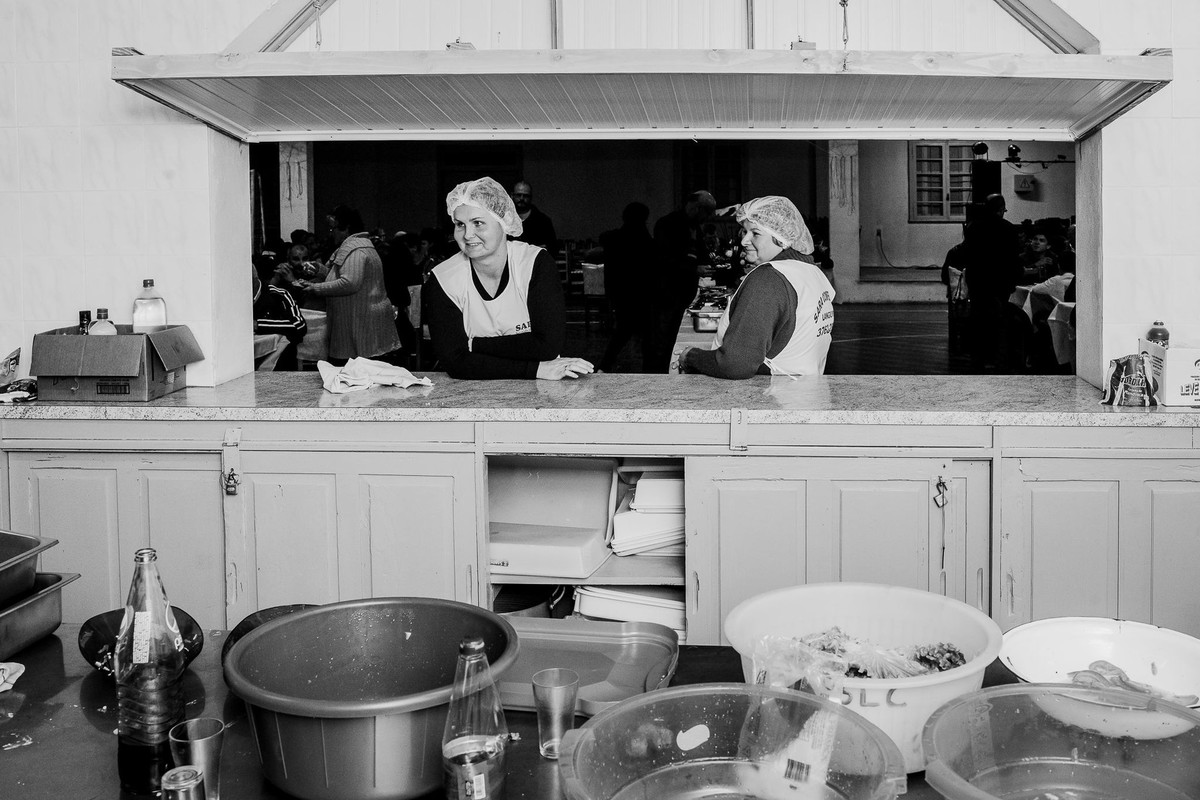 Cookers between the mess in the kitchen captured by tati itat Brazilian photographer