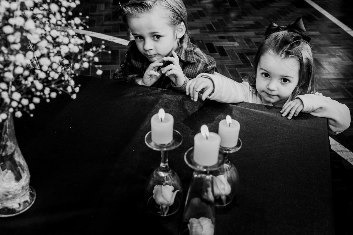 foto em preto e branco de crianças brincando com velas