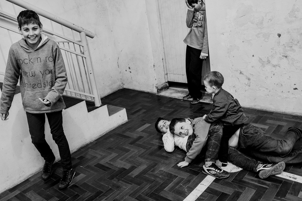 black and white picture about children playing in a party in the countryside of Brazil
