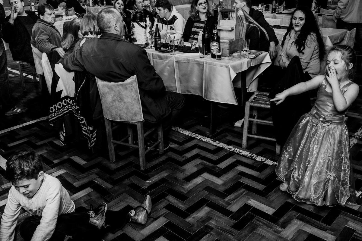fotógrafa brasileira registra cenas pitorescas durante festa no interior do RS