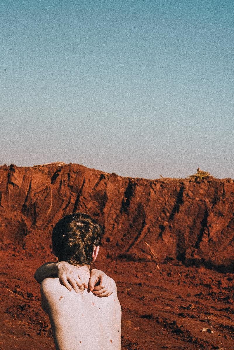 ensaio poético masculino denso e profundo no vale da Lua