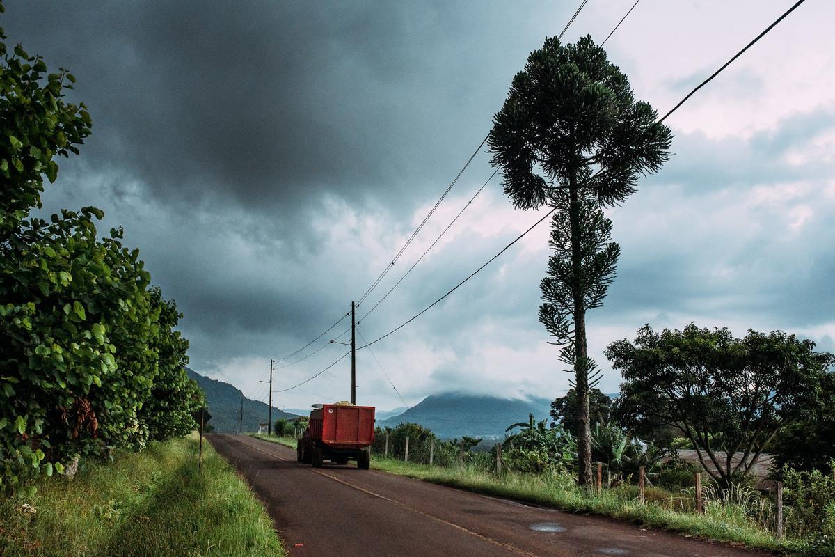 paisagem interiorana num dia nublado