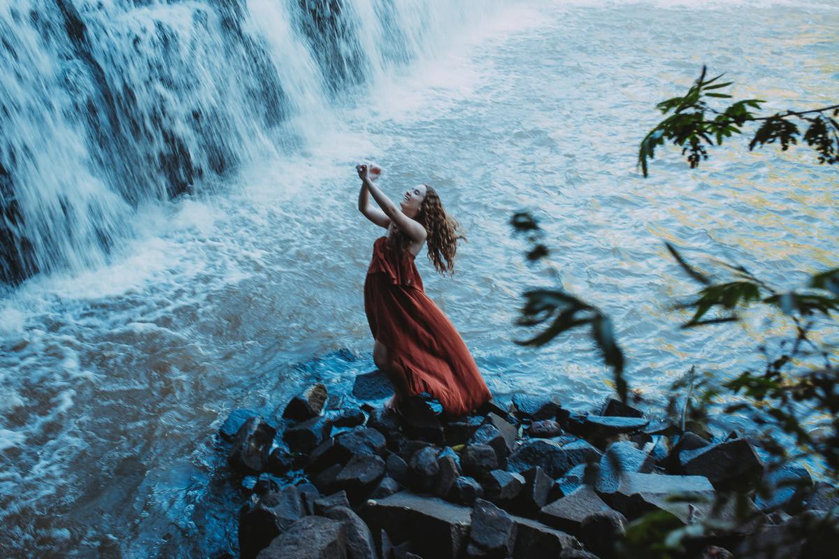 Ensaio feminino artístico junto à natureza que expressa a alma da mulher