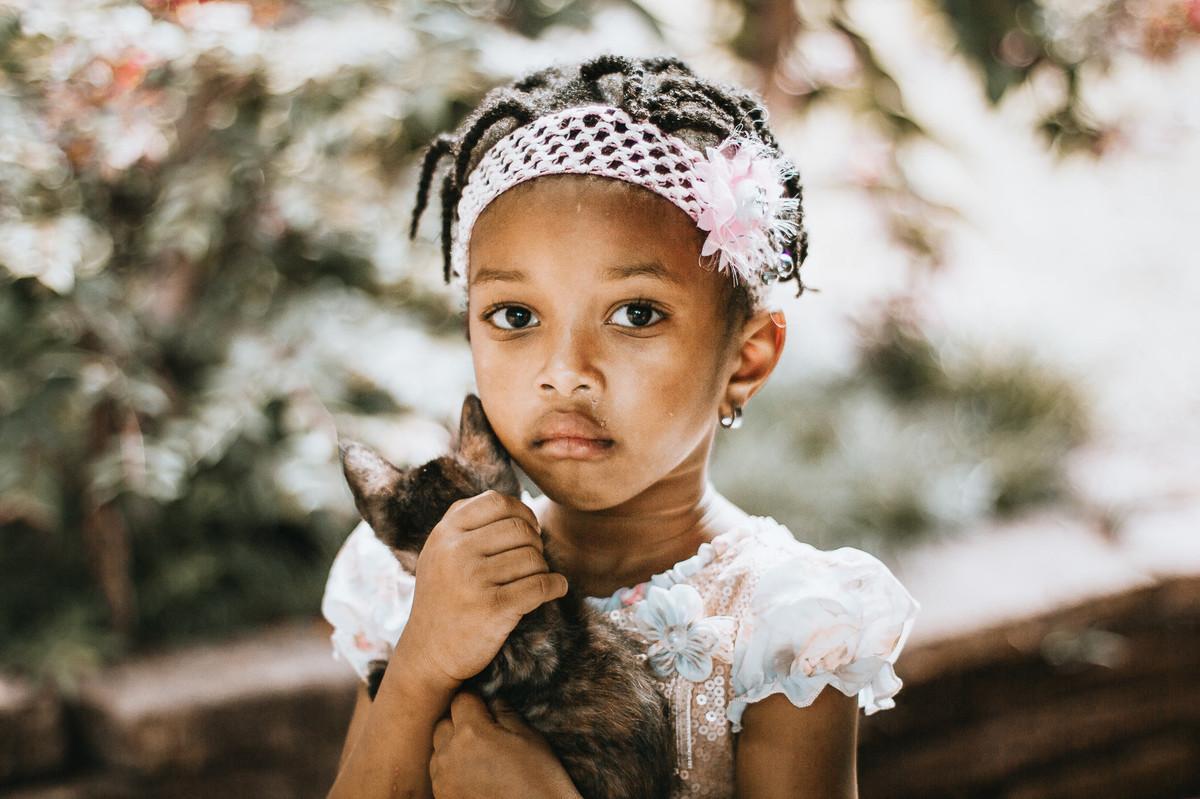 Ensaio infantil retrata a ternura e o amor de uma criança com seu pet