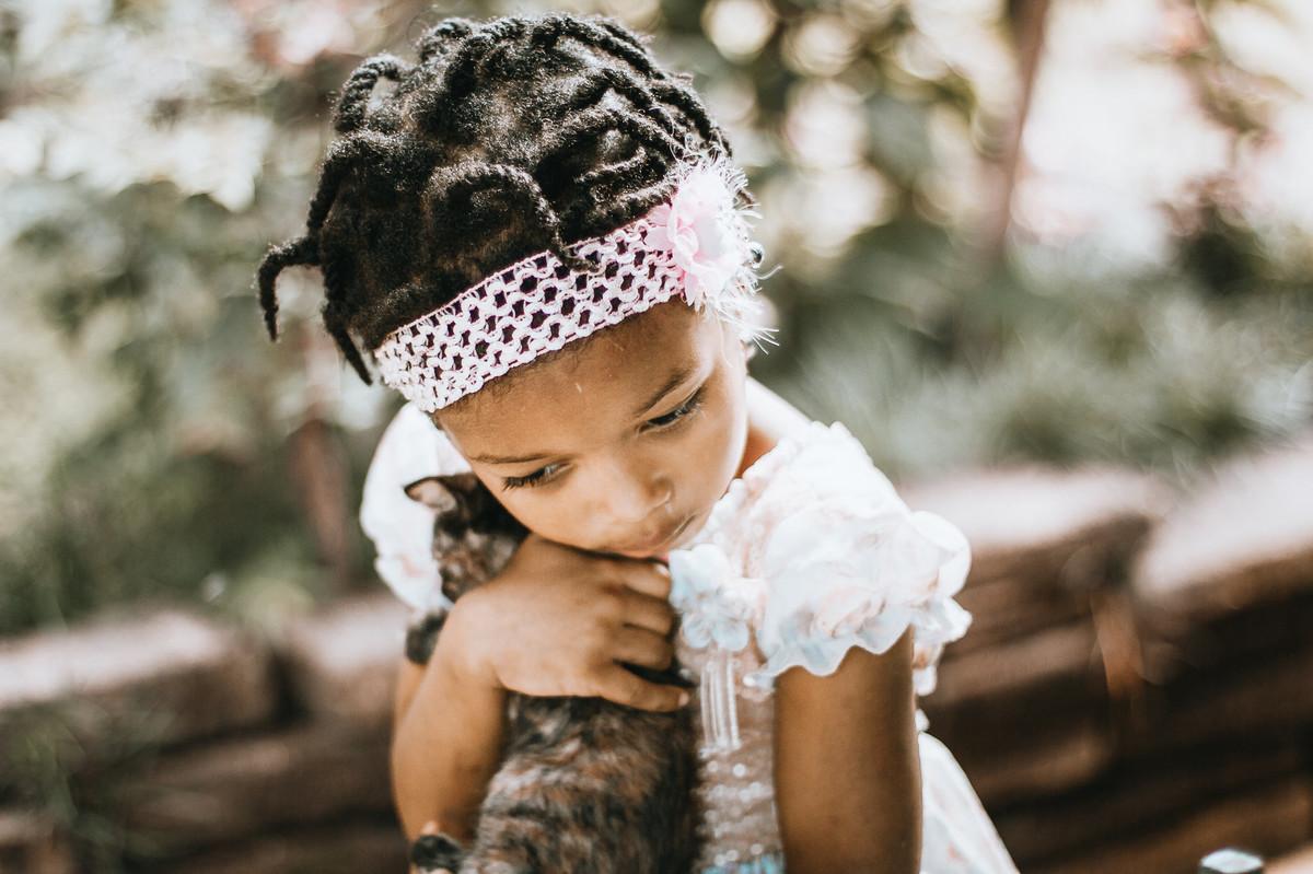 ensaio externo infantil com os pets inspira ternura