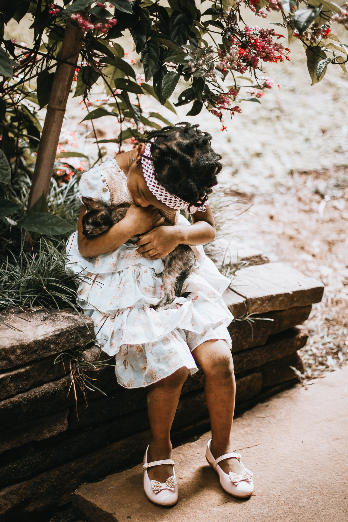 Fotógrafa registra momento de fofura de uma criança com o seu gatinho