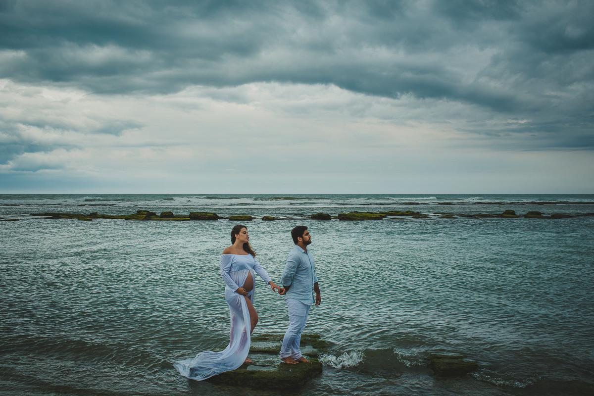 Ensaio sensivel e profundo de gestante na praia em dia nublado na Bahia