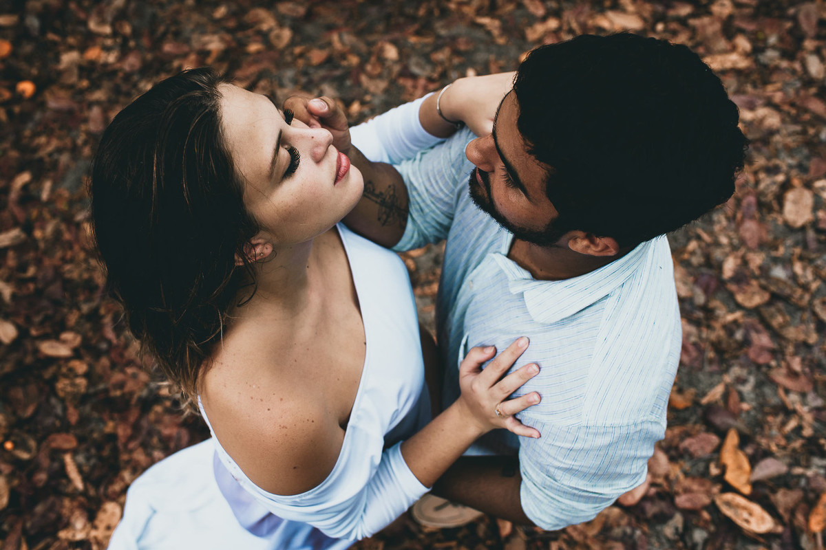 ensaio que mostra sintonia e conexão de casal apaixonado entre folhas secas